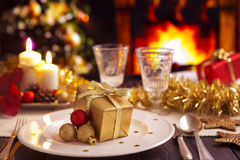 Weihnachtstabelle mit Kamin und Weihnachtsbaum im backgro Lizenzfreie Stockfotografie