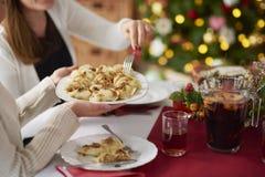 Weihnachtstabelle mit traditionellen polnischen Mahlzeiten Lizenzfreie Stockbilder