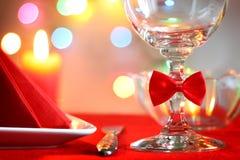 Weihnachtstabellen-Zusammenfassungshintergrund mit rotem Band Stockfotos