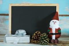 Weihnachtstafel mit Weihnachtsmann und weißer Geschenkbox über GR Stockbild