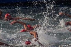 WEIHNACHTStageshafen-SCHWIMMEN 2015, BARCELONA, Hafen Vell - 25. Dezember: Schwimmerrennen auf 200 Metern Abstand Lizenzfreies Stockfoto