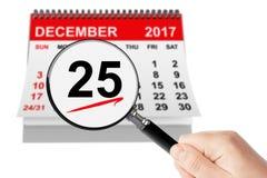 Weihnachtstageskonzept 25. Dezember 2017 Kalender mit Vergrößerungsglas Stockfotografie