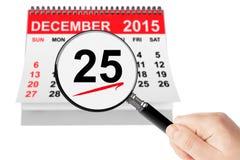 Weihnachtstageskonzept 25. Dezember 2015 Kalender mit Vergrößerungsglas Lizenzfreies Stockfoto