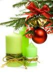 Weihnachtstanne, -kugel, -farbband, -glocken und -kerzen Lizenzfreie Stockfotos