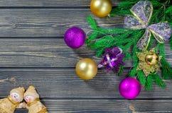 Weihnachtstannen-Baum auf hölzernem Hintergrund mit Engeln Stockfotografie