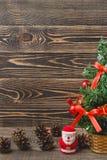 Weihnachtstannen-Baum und Santa Claus Toy Stockfoto