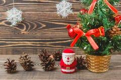 Weihnachtstannen-Baum und Santa Claus Toy Stockfotografie