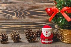 Weihnachtstannen-Baum und Santa Claus Toy Stockbilder