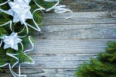 Weihnachtstannen-Baumaste mit weißen Dekorationen lizenzfreie stockfotografie