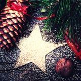 Weihnachtstannenbaum auf dunklem hölzernem Brett mit festlichem decoratio Lizenzfreies Stockfoto