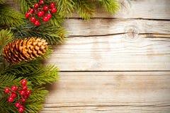 Weihnachtstannenbaum auf einem hölzernen Vorstand Stockfotografie