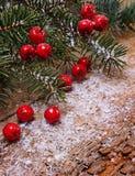 Weihnachtstannenbaum auf hölzernem Hintergrund Stockbild
