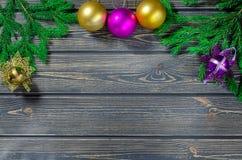 Weihnachtstannenbaum auf hölzernem Hintergrund Stockfotos