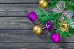 Weihnachtstannenbaum auf hölzernem Hintergrund Stockfoto
