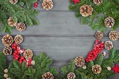 Weihnachtstannenbaum auf hölzernem Hintergrund, Kopienraum Weihnachten O Stockfotografie