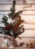 Weihnachtstannenbaum auf hölzernem Hintergrund mit Licht in der Sternform für das Design einer Postkarte des neuen Jahres Aufflac Stockfotos