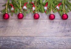 Weihnachtstannenbaum auf hölzernem Hintergrund Weihnachtsgnomdekor mit Sankt-Hut Lizenzfreie Stockfotos
