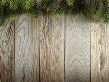 Weihnachtstannenbaum auf hölzerner Beschaffenheit. alte Platten des Hintergrundes Lizenzfreies Stockfoto