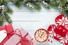 Weihnachtstannenbaum, Geschenkboxen, heiße Schokolade stockfotos