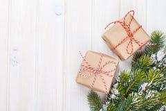 Weihnachtstannenbaum mit Schnee und Geschenkboxen Stockfoto