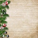 Weihnachtstannenbaum mit Schneefällen und Beeren auf einem hölzernen Brett Lizenzfreies Stockfoto