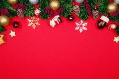 Weihnachtstannenbaum mit Verzierungsballdekoration auf rotem backgrou stockbild