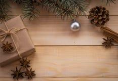 Weihnachtstannenbaum und -geschenke auf hölzernem Hintergrund Stockbild
