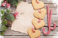 Weihnachtstannenbaum- und -herzlebkuchenplätzchen Stockfoto