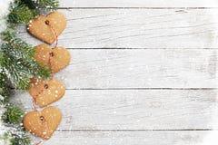 Weihnachtstannenbaum- und -herzlebkuchenplätzchen Lizenzfreie Stockfotografie