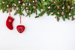 Weihnachtstannenbaum und Weihnachtssocken auf weißem Hintergrund des hölzernen Brettes Draufsicht, Kopienraum Stockfotos