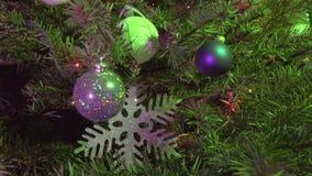 Weihnachtstannenbaum verziert mit dem Ball des neuen Jahres stock video