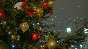 Weihnachtstannenbaum verziert mit neues Jahr ` s Ball stock video