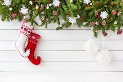 Weihnachtstannenbaum, Weihnachtssocken auf weißem Hintergrund des hölzernen Brettes Draufsicht, Kopienraum Lizenzfreies Stockfoto
