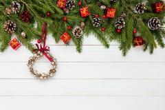 Weihnachtstannenbaumaste, weißer hölzerner Hintergrund, Weihnachtskranz Kopieren Sie Platz Stockfotos