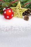 Weihnachtstannenbaumgrenze mit Ball und goldenem Stern Lizenzfreie Stockfotos