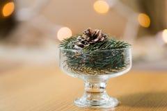 Weihnachtstannendekoration mit Kegel in der Nachtischschüssel Stockfotografie
