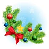 Weihnachtstannenzweig mit einem roten Bogen und Bällen Stockfoto