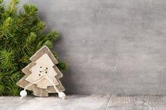 Weihnachtstannenzweig und -dekor, auf dem Weinlesehintergrund Stockbilder
