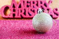 Weihnachtstapete mit Weihnachtsverzierung Lizenzfreies Stockfoto
