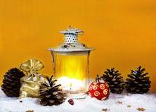 Weihnachtstasche mit Geschenken, Weihnachtsdekorationen und Laterne Stockfotos