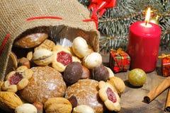 Weihnachtstasche, Weihnachtsplätzchen, Kekse, Lebkuchen, Geschenke, lizenzfreies stockbild