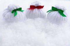 Weihnachtstaschen mit Geschenken sind- auf dem Schnee stockfoto
