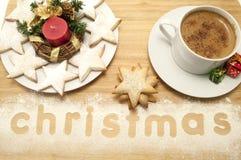 WeihnachtsTasse Kaffee mit Plätzchen Lizenzfreie Stockfotografie