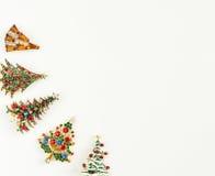 Weihnachtsthema Frau ` s Schmuck Weinleseschmuckhintergrund Schöne helle BergkristallWeihnachtsbaumbroschen auf weißem Hintergrun stockfotos