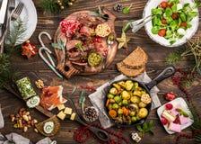 Weihnachtsthemenorientierter Abendtisch stockbild