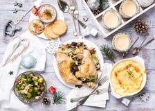 Weihnachtsthemenorientierter Abendtisch Stockbilder