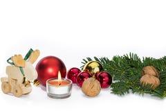 Weihnachtstierfigur mit Kerze und roten Bällen Lizenzfreie Stockfotos