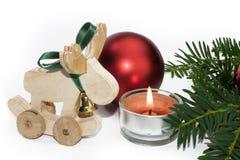 Weihnachtstierfigur mit Kerze und roten Bällen Stockfoto