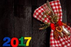 Weihnachtstischbesteck auf schwarzem hölzernem Hintergrund mit Nr. 2017 Stockfotos