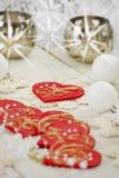 Weihnachtstischschmuck mit roten Herzen Lizenzfreie Stockbilder